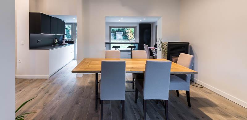 Moderne open mat witte keuken met eiland door Timothy JACOBS | Raison Home - 8