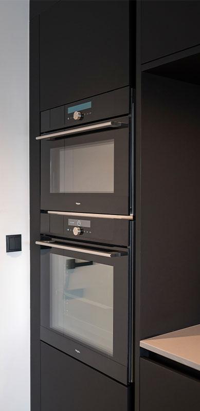 Open moderne mat zwarte keuken met eiland door Timothy JACOBS | Raison Home - 2