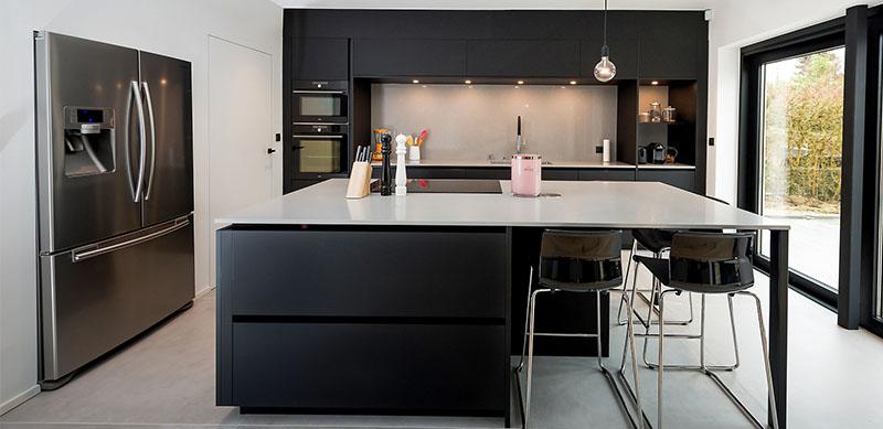 Open moderne mat zwarte keuken met eiland door Timothy JACOBS | Raison Home - 1