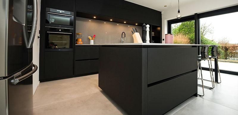 Open moderne mat zwarte keuken met eiland door Timothy JACOBS | Raison Home - 3