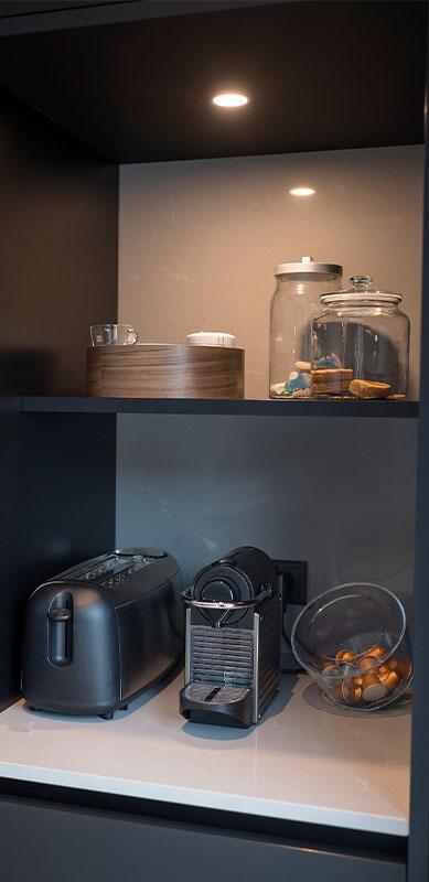Open moderne mat zwarte keuken met eiland door Timothy JACOBS | Raison Home - 5