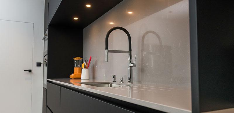 Open moderne mat zwarte keuken met eiland door Timothy JACOBS | Raison Home - 6