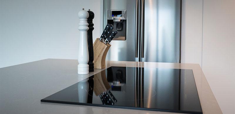 Open moderne mat zwarte keuken met eiland door Timothy JACOBS | Raison Home - 7