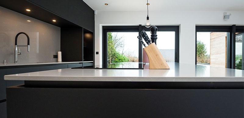 Open moderne mat zwarte keuken met eiland door Timothy JACOBS | Raison Home - 8