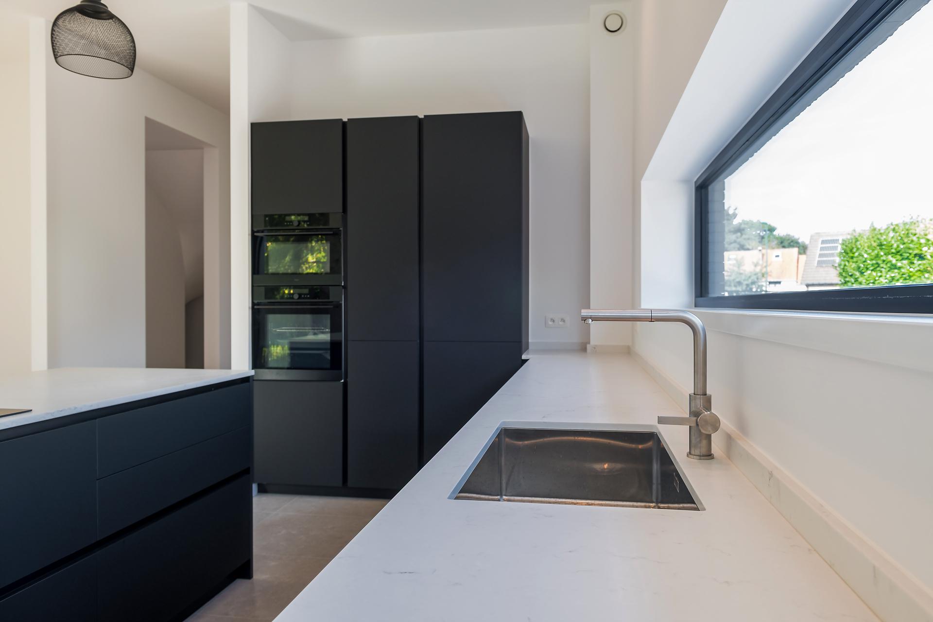 Cuisine moderne noir mat ouverte | Raison Home Belgium - 9