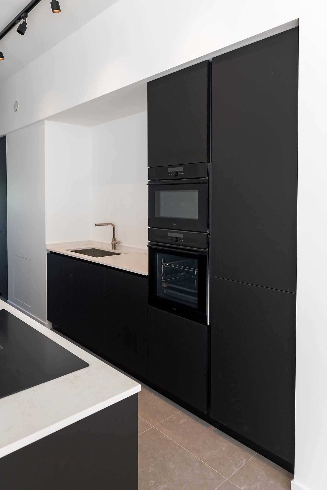 Cuisine moderne sans poignée noir mat | Raison Home Belgium - 2