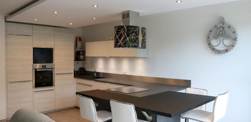 Open hedendaagse zwarte houten keuken door Valérie GÉRARD | Raison Home - 1
