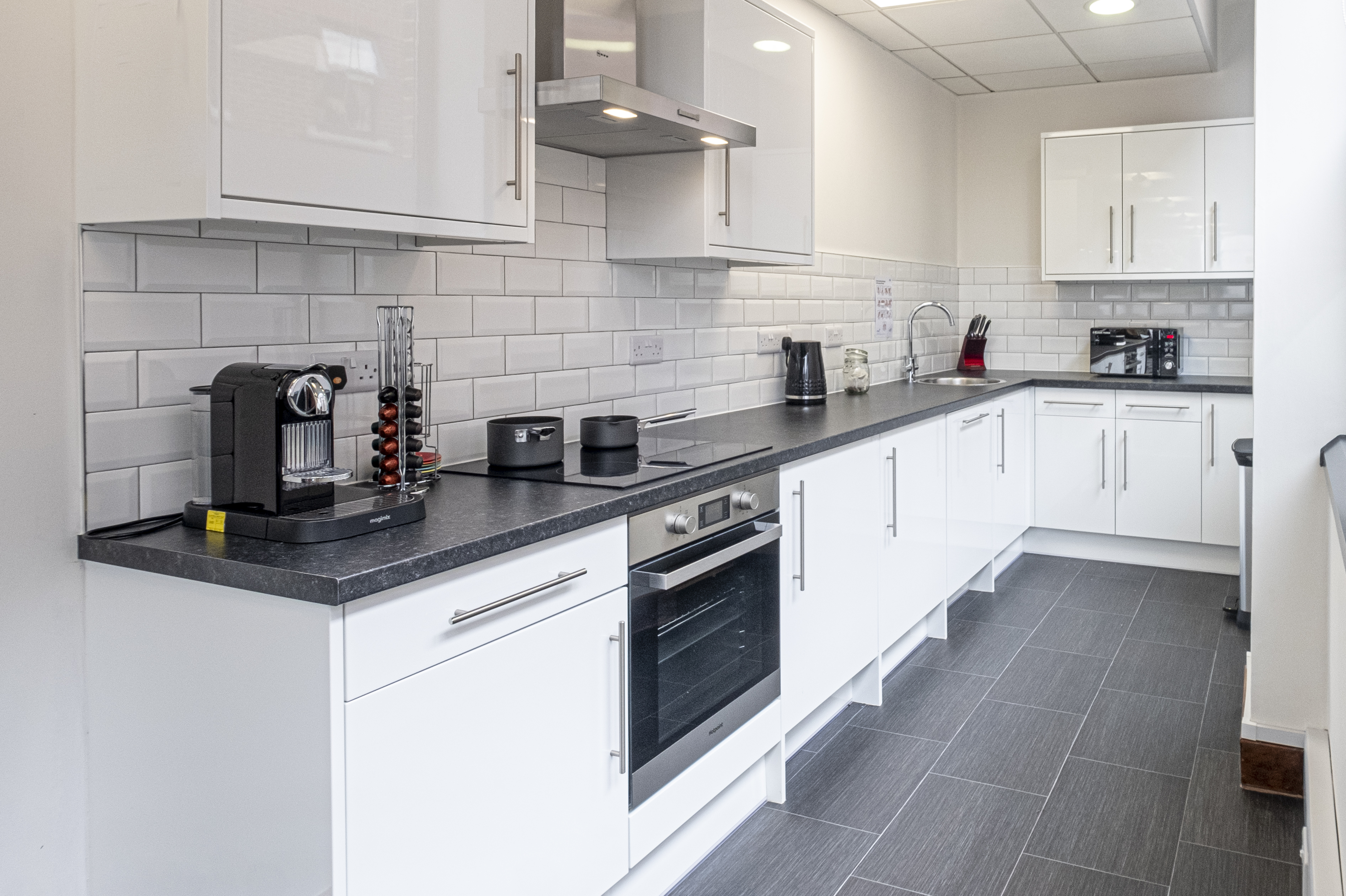 Office kitchen in white gloss by Charmaine ULYATE | Raison Home UK - 1