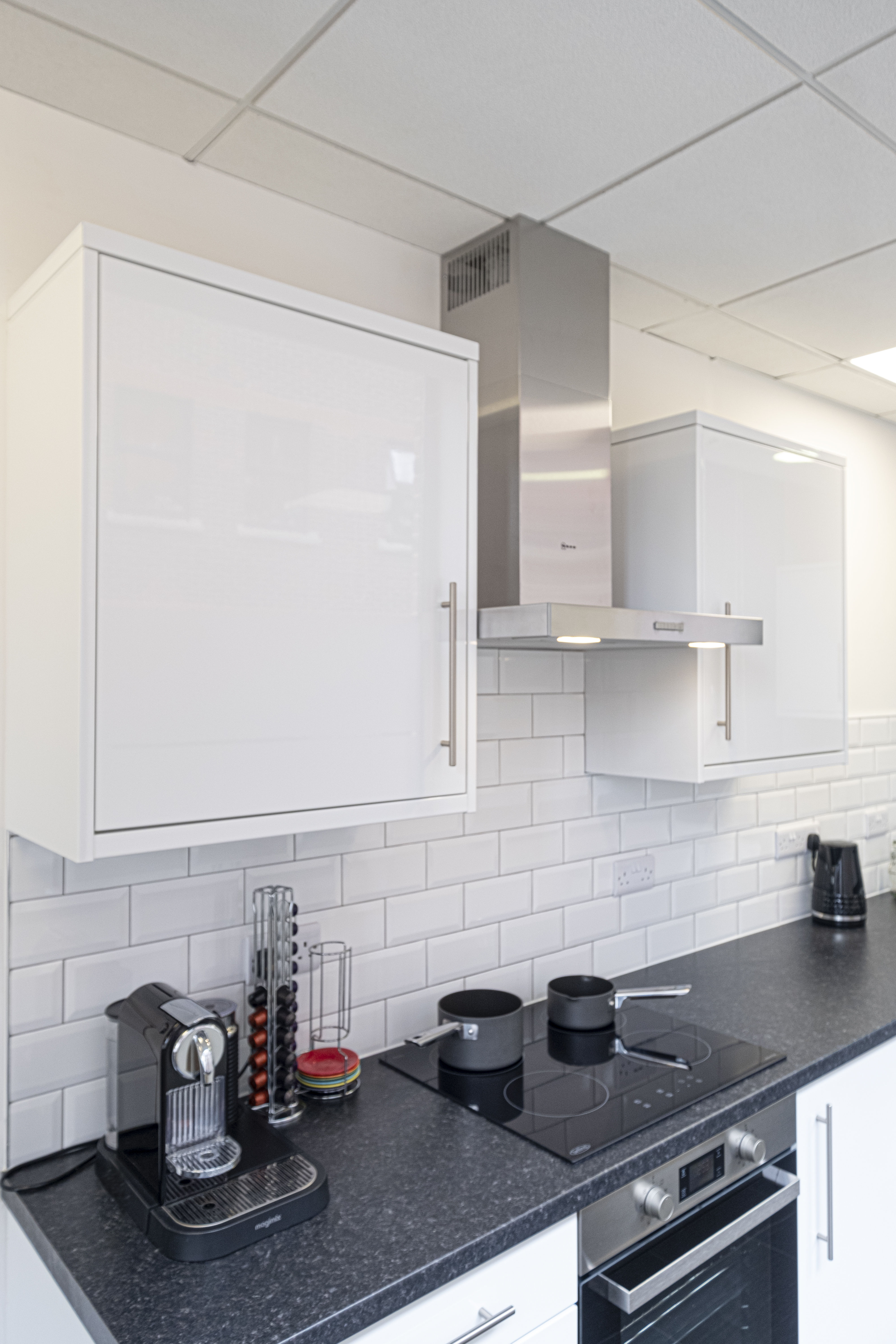 Office kitchen in white gloss by Charmaine ULYATE | Raison Home UK - 2