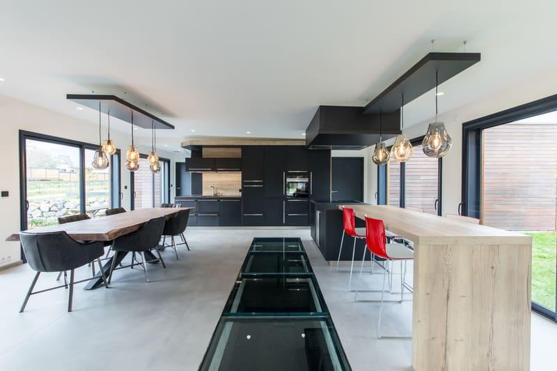 Cuisine ouverte spacieuse et lumineuse noire et bois par Bruno BILLARD | Raison Home - 1