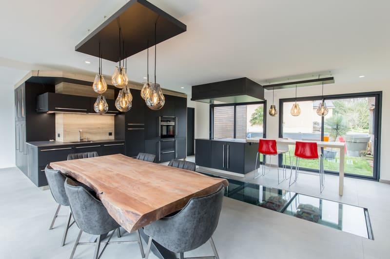 Cuisine ouverte spacieuse et lumineuse noire et bois par Bruno BILLARD | Raison Home - 2