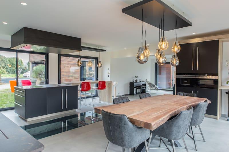 Cuisine ouverte spacieuse et lumineuse noire et bois par Bruno BILLARD | Raison Home - 4