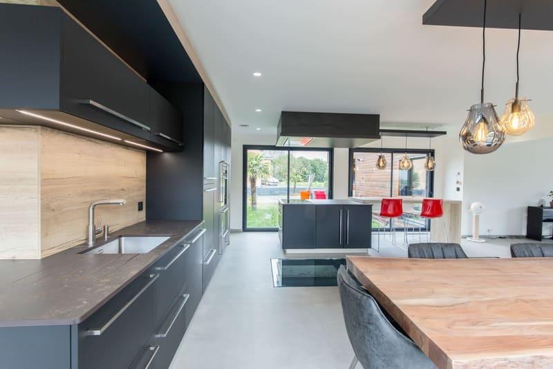 Cuisine ouverte spacieuse et lumineuse noire et bois par Bruno BILLARD | Raison Home - 5