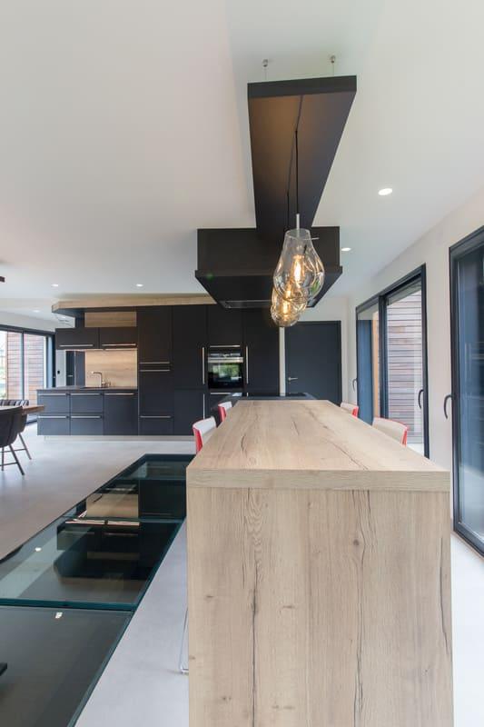 Cuisine ouverte spacieuse et lumineuse noire et bois par Bruno BILLARD | Raison Home - 6