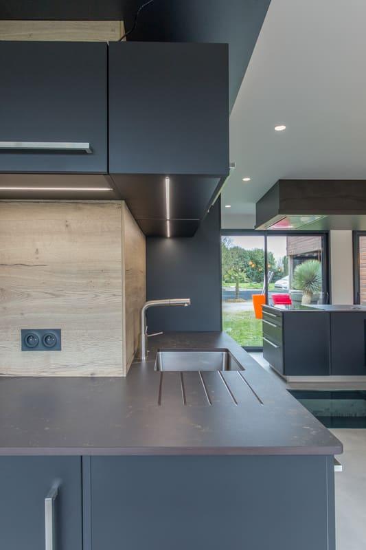Cuisine ouverte spacieuse et lumineuse noire et bois par Bruno BILLARD | Raison Home - 8