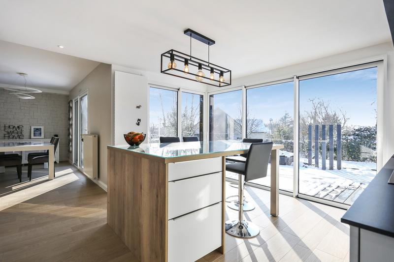 Cuisine ouverte lumineuse blanche et bois par Bruno BILLARD | Raison Home - 1