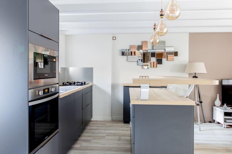 Cuisine grise et bois avec un îlot central par Romain LANGLET | Raison Home - 1