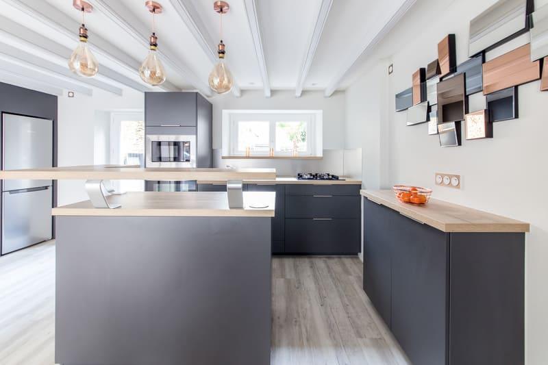 Cuisine grise et bois avec un îlot central par Romain LANGLET | Raison Home - 4