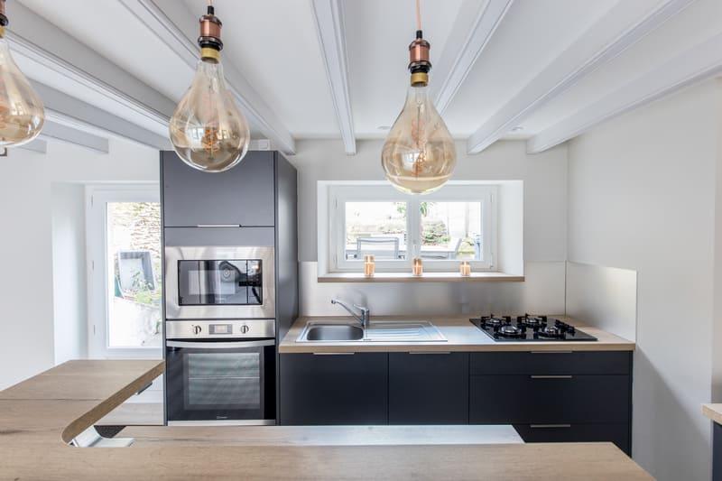 Cuisine grise et bois avec un îlot central par Romain LANGLET | Raison Home - 3