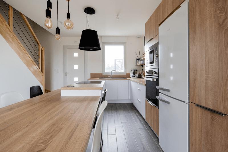 Cuisine ouverte bois et blanche avec îlot central | Raison Home - 1