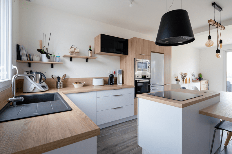 Cuisine ouverte bois et blanche avec îlot central | Raison Home - 3