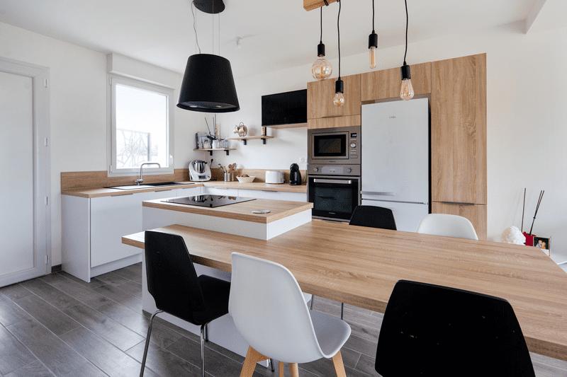 Cuisine ouverte bois et blanche avec îlot central | Raison Home - 2