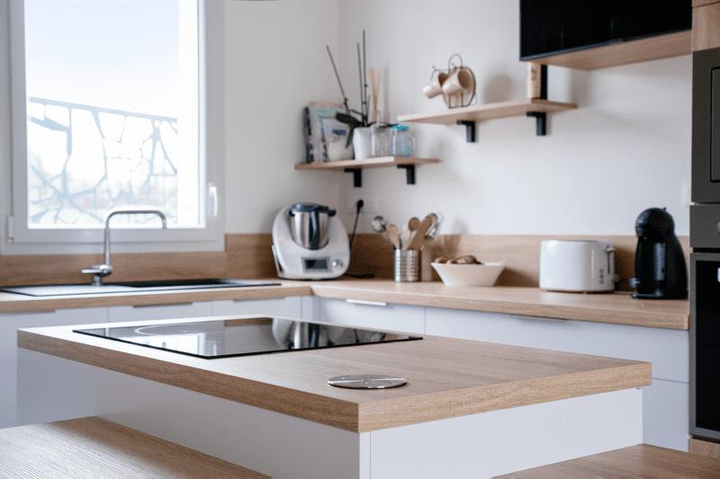 Cuisine ouverte bois et blanche avec îlot central | Raison Home - 4