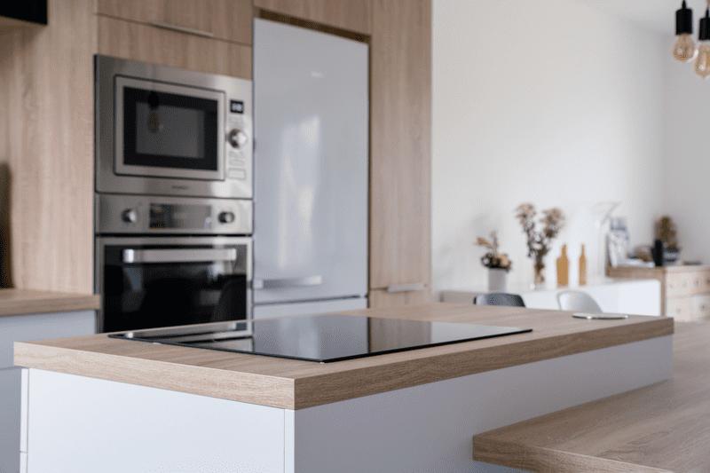 Cuisine ouverte bois et blanche avec îlot central | Raison Home - 5