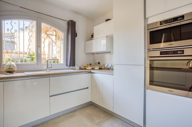 Cuisine sans poignée blanche et bois avec verrière par Philippe VACHER | Raison Home - 3