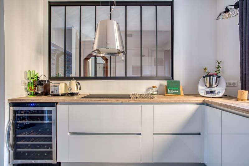 Cuisine sans poignée blanche et bois avec verrière par Philippe VACHER | Raison Home - 4