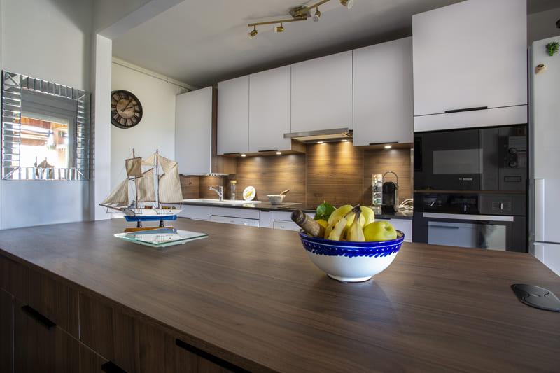 Cuisine  contemporaine ouverte blanche par Philippe Vacher | Raison Home - 1