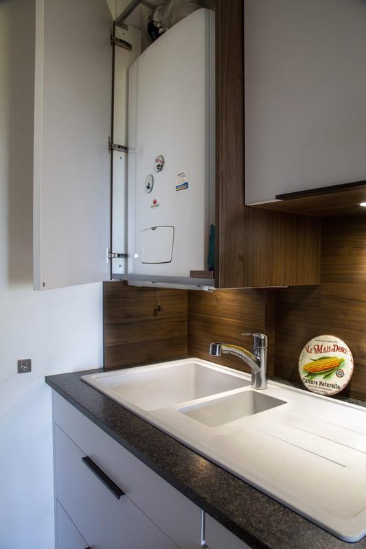 Cuisine  contemporaine ouverte blanche par Philippe Vacher | Raison Home - 4