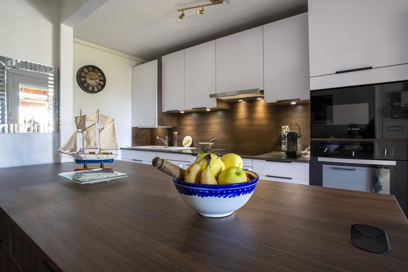 Cuisine  contemporaine ouverte blanche par Philippe Vacher | Raison Home - 10