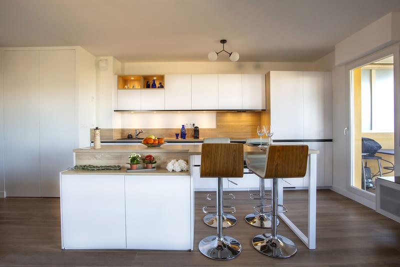 Cuisine ouverte blanc et bois avec îlot par Philippe Vacher | Raison Home - 1