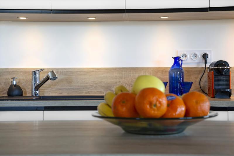 Cuisine ouverte blanc et bois avec îlot par Philippe Vacher | Raison Home - 3