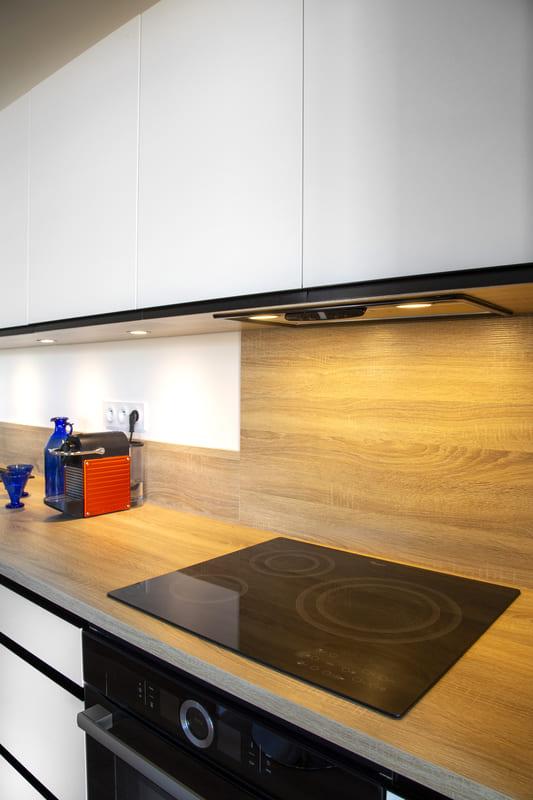 Cuisine ouverte blanc et bois avec îlot par Philippe Vacher | Raison Home - 6