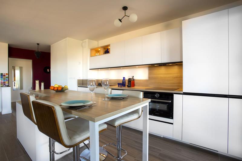 Cuisine ouverte blanc et bois avec îlot par Philippe Vacher | Raison Home - 7