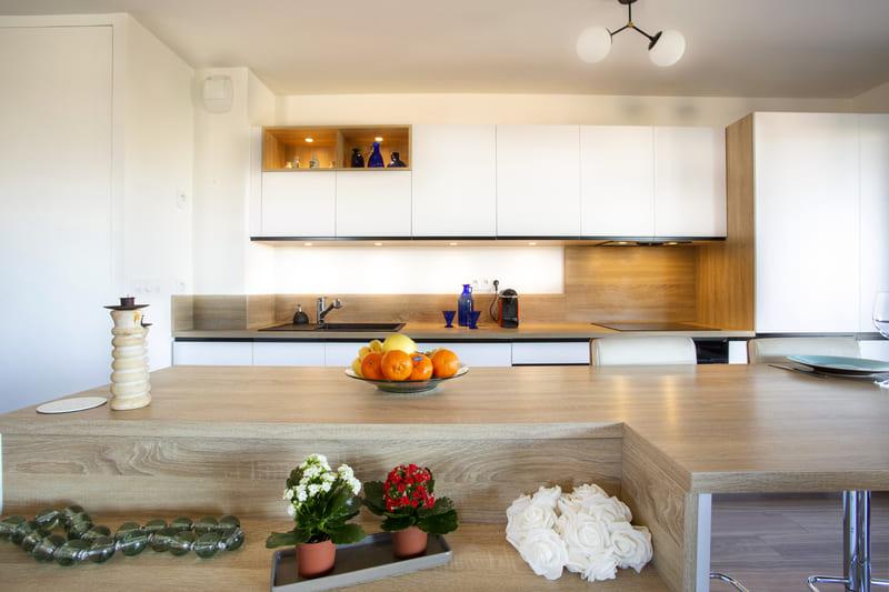 Cuisine ouverte blanc et bois avec îlot par Philippe Vacher | Raison Home - 8
