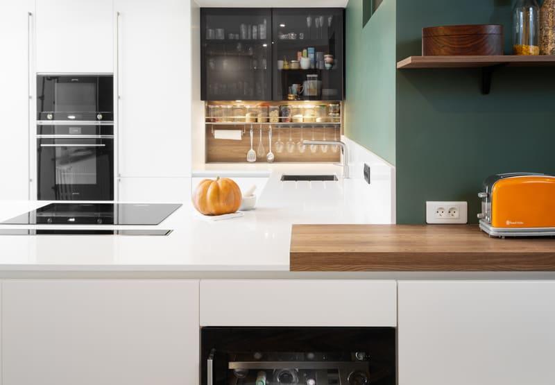 Cuisine aménagée blanche et verte sans poignée par Mathieu MOUROT | Raison Home - 2