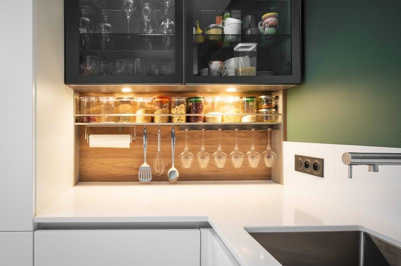 Cuisine aménagée blanche et verte sans poignée par Mathieu MOUROT | Raison Home - 3