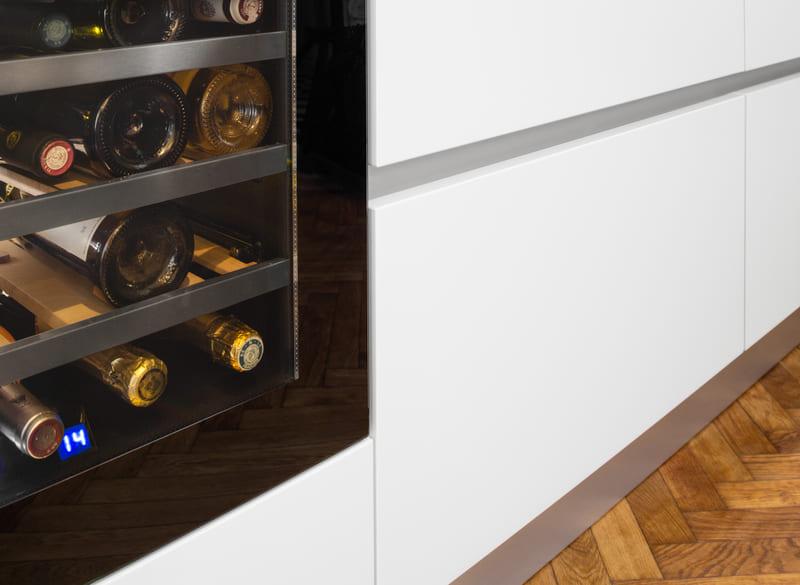 Cuisine aménagée blanche et verte sans poignée par Mathieu MOUROT | Raison Home - 4