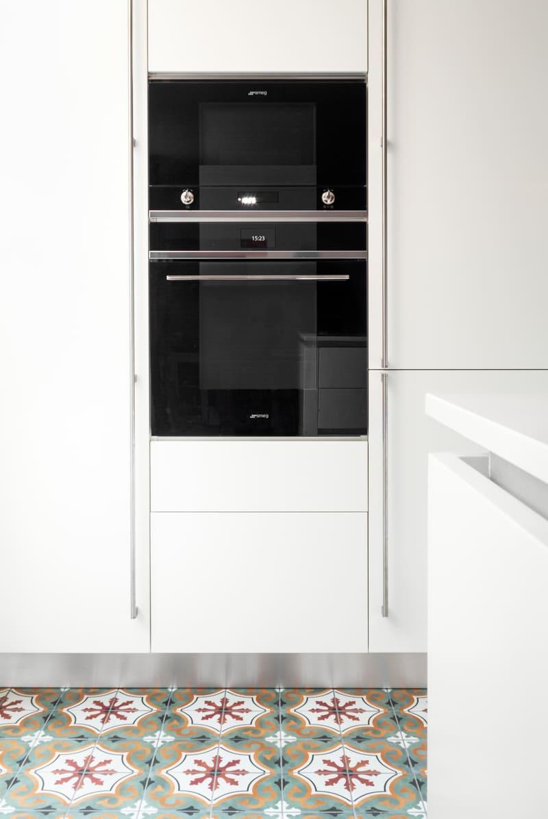 Cuisine aménagée blanche et verte sans poignée par Mathieu MOUROT | Raison Home - 5