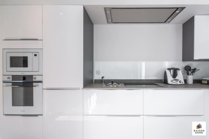Cuisine moderne équipée blanc brillant par Bertrand Auzemerie | Raison Home - 3