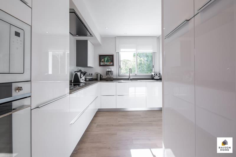 Cuisine moderne équipée blanc brillant par Bertrand Auzemerie | Raison Home - 4