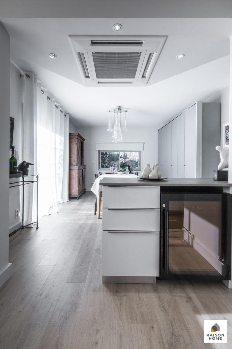 Cuisine moderne équipée blanc brillant par Bertrand Auzemerie | Raison Home - 5