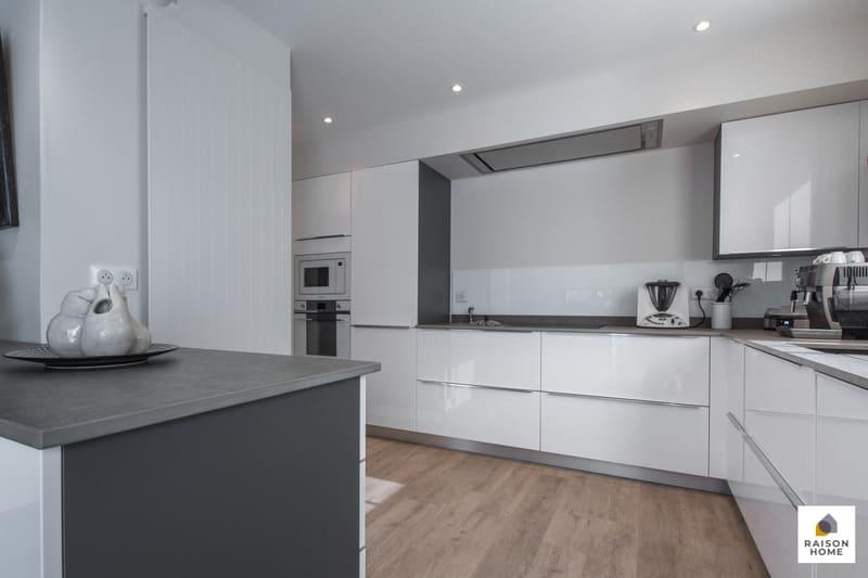 Cuisine moderne équipée blanc brillant par Bertrand Auzemerie | Raison Home - 6