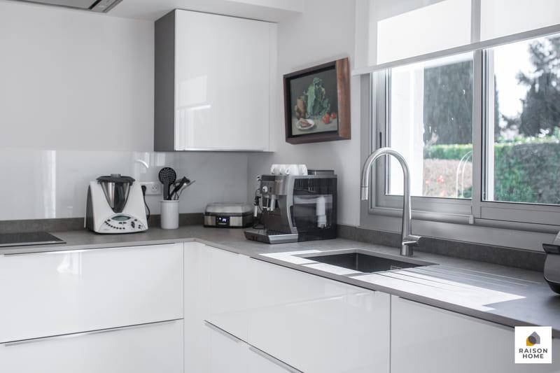 Cuisine moderne équipée blanc brillant par Bertrand Auzemerie | Raison Home - 8