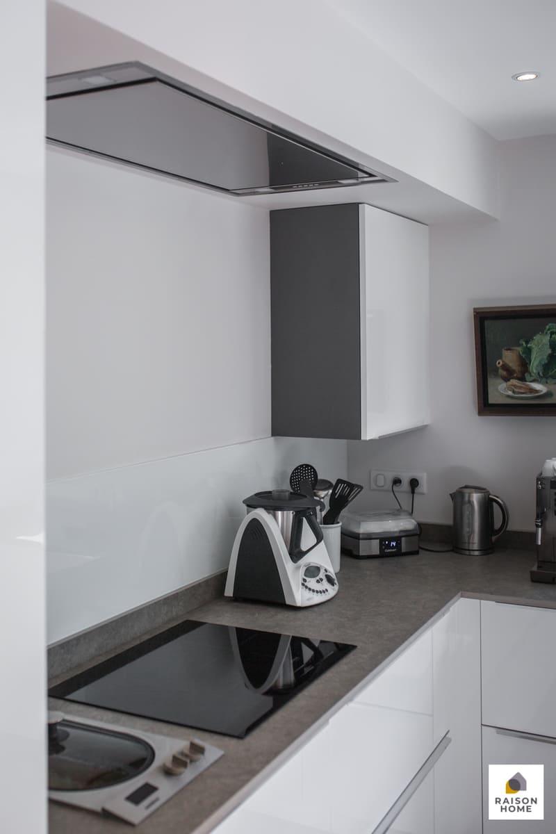 Cuisine moderne équipée blanc brillant par Bertrand Auzemerie | Raison Home - 9