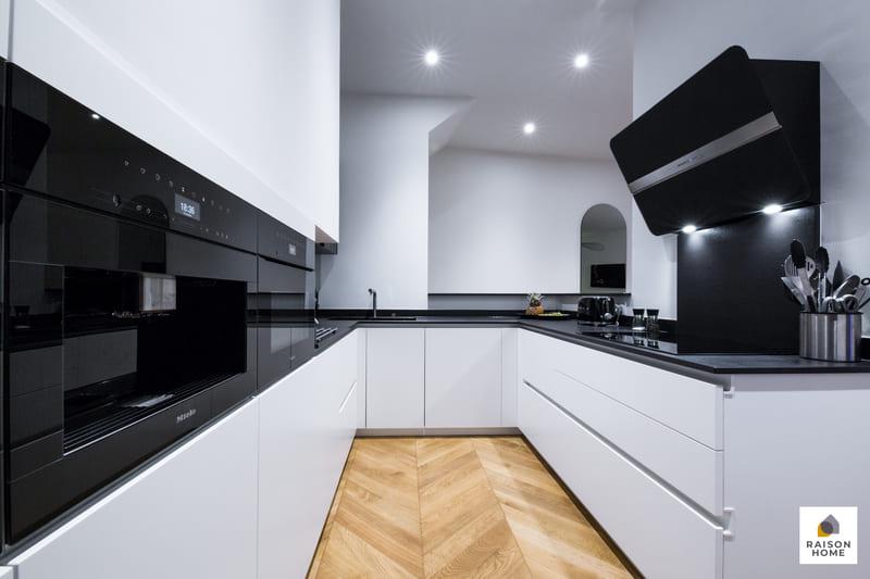 Cuisine sans poignée blanche et noire brillant par Bertrand AUZEMERIE | Raison Home - 1