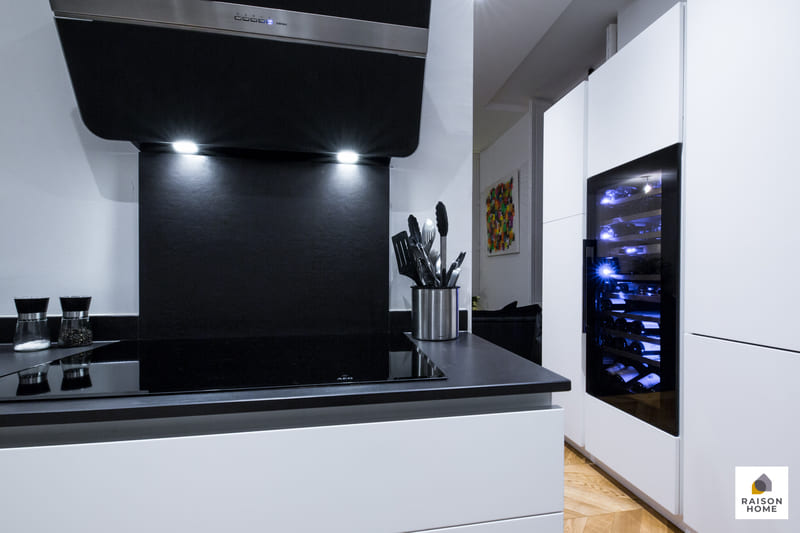 Cuisine sans poignée blanche et noire brillant par Bertrand AUZEMERIE | Raison Home - 3